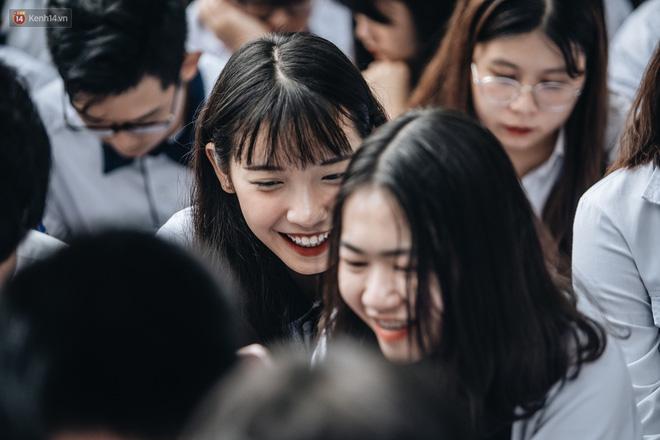 Mặc áo dài trắng đội mưa dự lễ bế giảng, dàn nữ sinh ngôi trường này gây thương nhớ vì quá xinh xắn - Hình 4