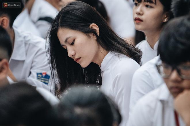 Mặc áo dài trắng đội mưa dự lễ bế giảng, dàn nữ sinh ngôi trường này gây thương nhớ vì quá xinh xắn - Hình 1