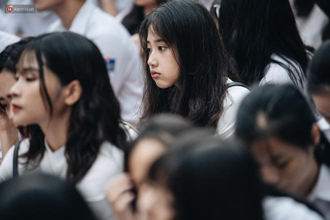 Mặc áo dài trắng đội mưa dự lễ bế giảng, dàn nữ sinh ngôi trường này gây thương nhớ vì quá xinh xắn - Hình 7