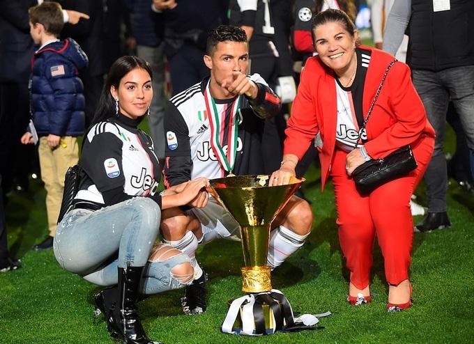 Mẹ và bạn gái xuống sân mừng C. Ronaldo vô địch Serie A - Hình 2