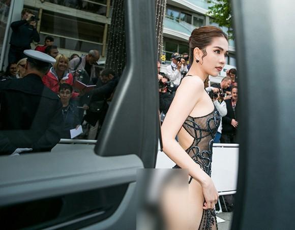 Nhìn lại tuyển tập trang phục trắc nết nhất Cannes, cuối cùng cũng tìm ra trang phục đối thủ xứng tầm với Ngọc Trinh - Hình 1