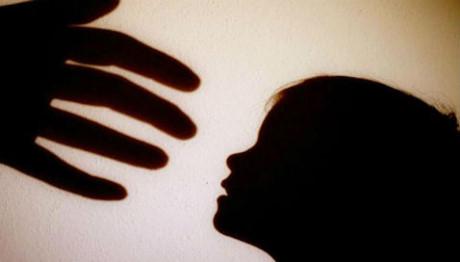 Phẫn nộ bé gái 3 tuổi bị cha dượng cưỡng bức, mẹ đẻ chứng kiến đến chết - Hình 1