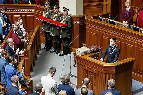 Tổng thống Ukraine V. Zelensky nhậm chức: Trăm mối tơ vò - Hình 1