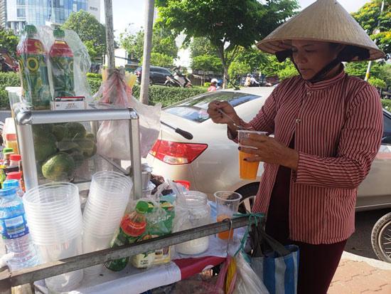Tp:HCM: Nắng nóng, nước uống bình dân vỉa hè lên ngôi - Hình 2