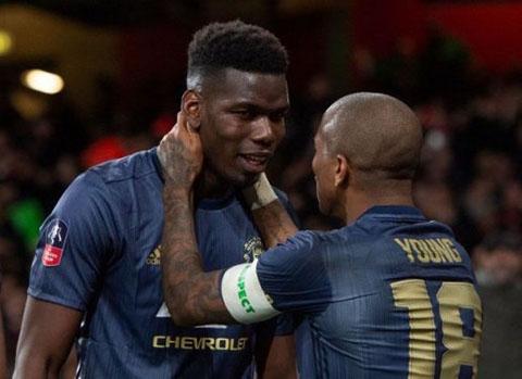 Băng đội trưởng M.U: Pogba hay Young? - Hình 2