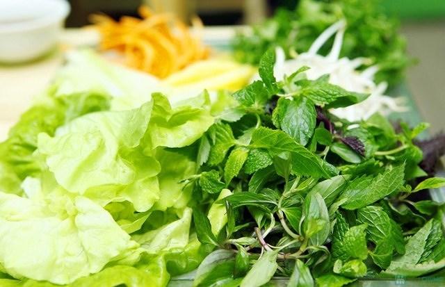 Chuyên gia khuyến cáo những ai ăn rau sống sẽ có hại sức khỏe - Hình 1