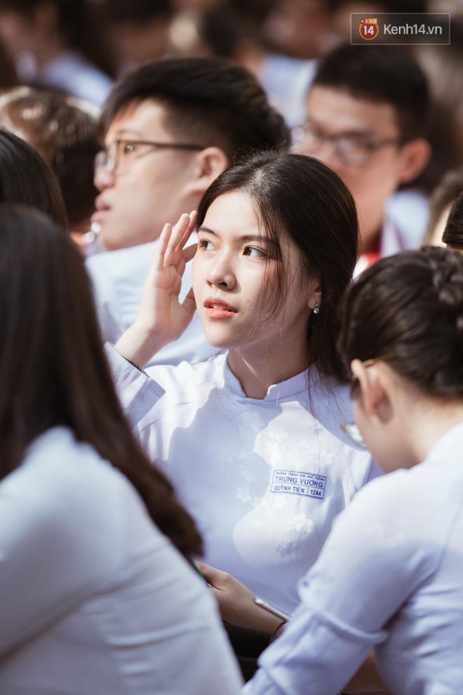 Đẹp đến mức không có chút tỳ vết, cô bạn trường Trưng Vương (TPHCM) chiếm toàn bộ spotlight lễ bế giảng - Hình 1