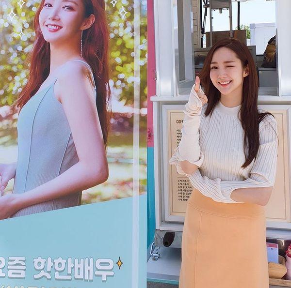 Lee Seung Gi gửi quà ủng hộ Park Min Young và phim Bí mật nàng fangirl - Hình 3