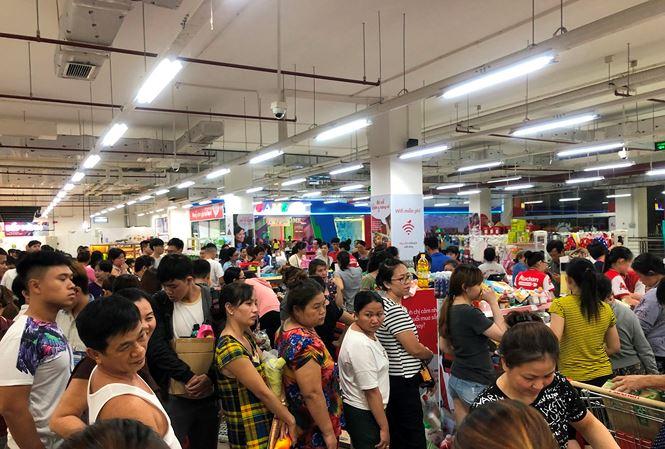 Người dân đổ xô đi vét hàng giảm giá 50% trước ngày Auchan đóng cửa - Hình 10