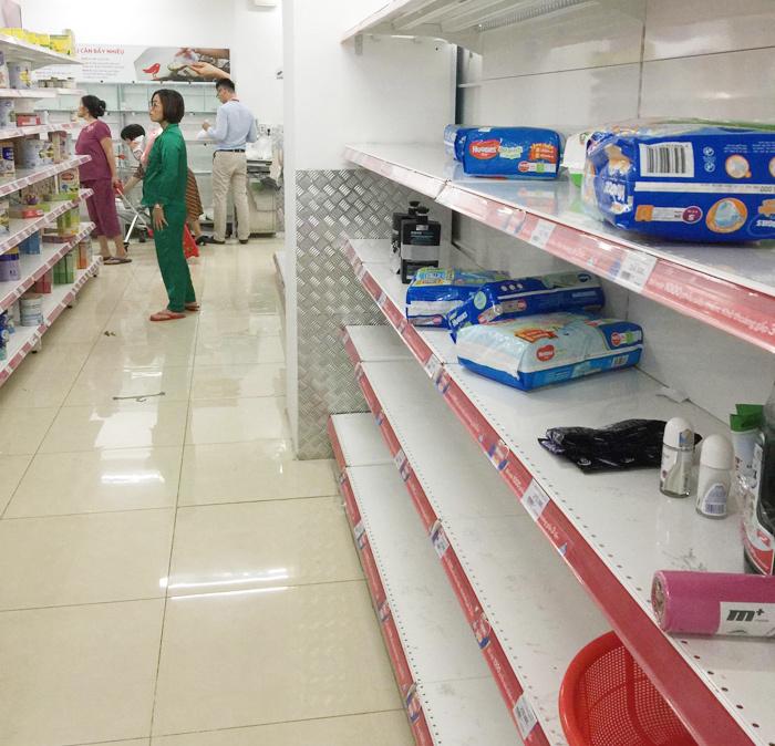 Người dân đổ xô đi vét hàng giảm giá 50% trước ngày Auchan đóng cửa - Hình 5