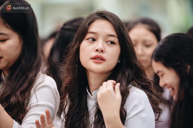 Những khoảnh khắc đẹp nhất mùa bế giảng tại Hà Nội: Dàn nữ sinh khóc lóc bù lu bù loa vẫn giữ được nét xinh xắn đến xao lòng - Hình 10