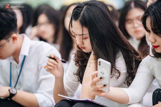 Những khoảnh khắc đẹp nhất mùa bế giảng tại Hà Nội: Dàn nữ sinh khóc lóc bù lu bù loa vẫn giữ được nét xinh xắn đến xao lòng - Hình 5