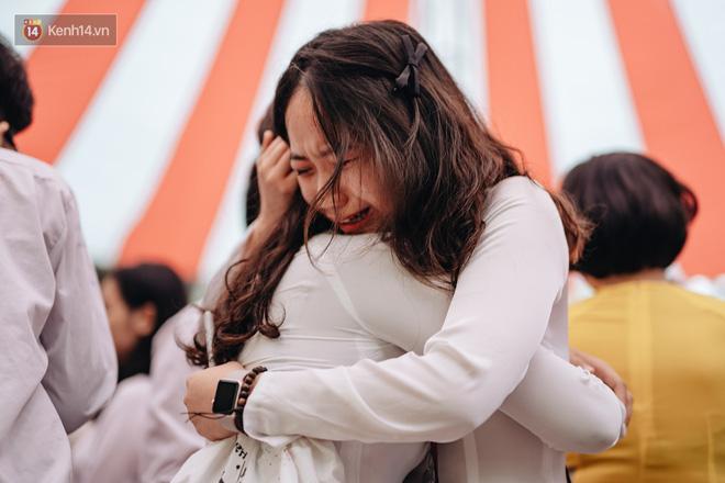 Những khoảnh khắc đẹp nhất mùa bế giảng tại Hà Nội: Dàn nữ sinh khóc lóc bù lu bù loa vẫn giữ được nét xinh xắn đến xao lòng - Hình 14