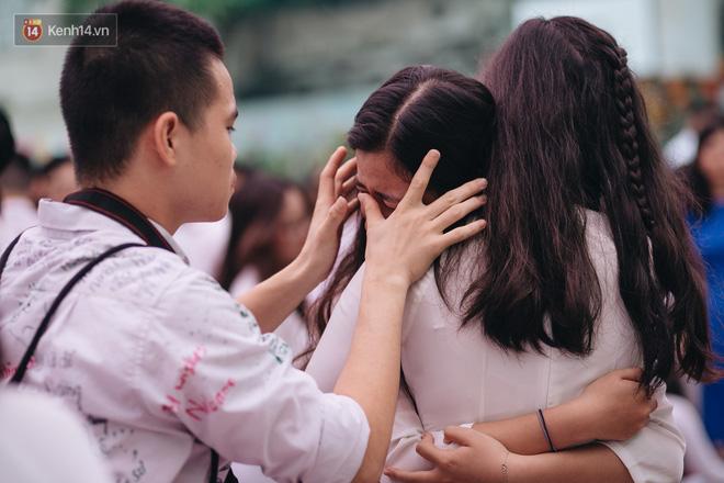 Những khoảnh khắc đẹp nhất mùa bế giảng tại Hà Nội: Dàn nữ sinh khóc lóc bù lu bù loa vẫn giữ được nét xinh xắn đến xao lòng - Hình 18