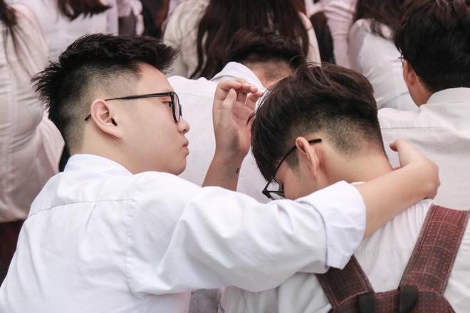 Những khoảnh khắc đẹp nhất mùa bế giảng tại Hà Nội: Dàn nữ sinh khóc lóc bù lu bù loa vẫn giữ được nét xinh xắn đến xao lòng - Hình 19