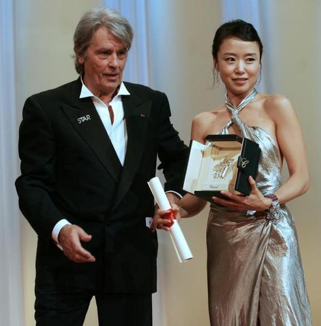 Nữ minh tinh xứ Hàn lên thảm đỏ Cannes: Jeon Ji Hyun và mẹ Kim Tan gây choáng ngợp, nhưng sao nhí này mới đáng nể - Hình 19