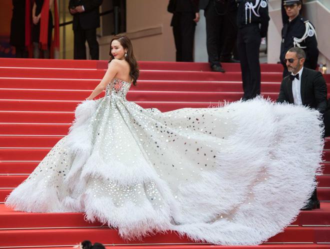Nữ minh tinh xứ Hàn lên thảm đỏ Cannes: Jeon Ji Hyun và mẹ Kim Tan gây choáng ngợp, nhưng sao nhí này mới đáng nể - Hình 31