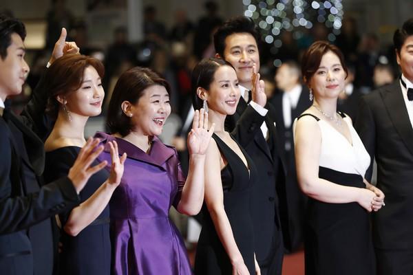 Nữ minh tinh xứ Hàn lên thảm đỏ Cannes: Jeon Ji Hyun và mẹ Kim Tan gây choáng ngợp, nhưng sao nhí này mới đáng nể - Hình 22