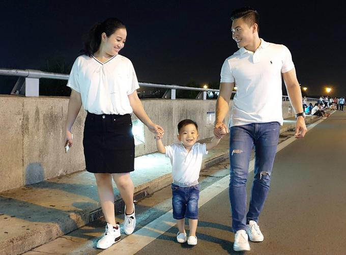 Quốc Cơ và con trai tiễn vợ đi Hàn Quốc công tác - Hình 1