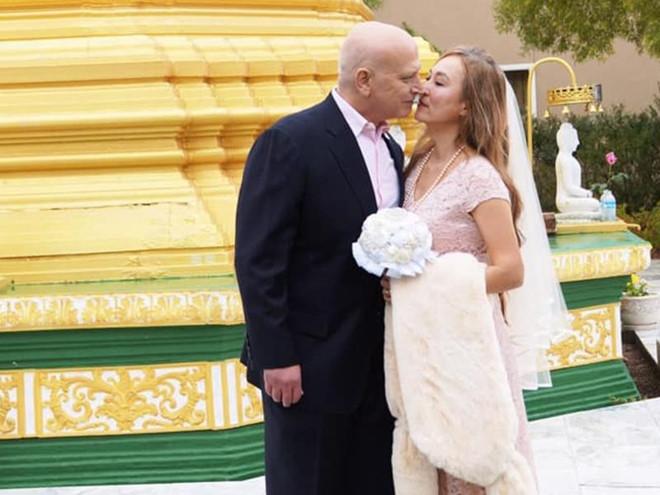 Tiểu Long Nữ tái hôn ở tuổi 55, đeo nhẫn cưới bằng vàng hiếm - Hình 1