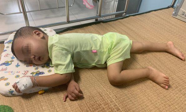 Bé trai 2 tuổi bị bỏ quên mảnh kim loại trong thực quản: Lời cảnh báo của bác sĩ tới các gia đình có con nhỏ - Hình 2