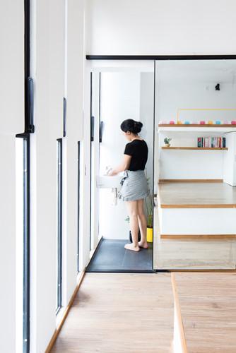 Căn nhà siêu nhỏ nhưng ngập tràn ánh nắng và rất tiện dụng nhờ thiết kế khác lạ - Hình 8