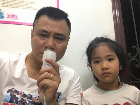 Con gái Tự Long sốt 39 độ, phun hết thức ăn và sữa vào người bác sĩ khi đi khám - Hình 3
