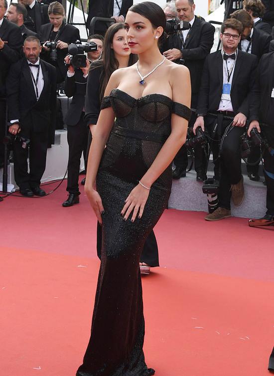 Không hở bạo như Ngọc Trinh, bạn gái Ronaldo vẫn toả sáng ở Cannes - Hình 6