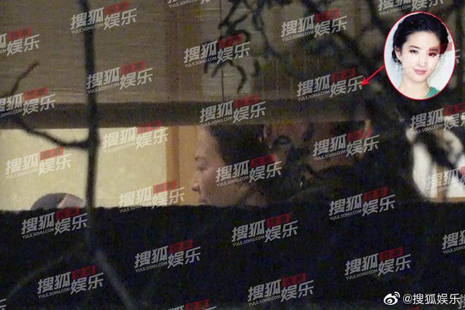 Lưu Diệc Phi lộ ảnh gặp gỡ cha nuôi nhưng nhân vật này mới giành spotlight - Hình 3