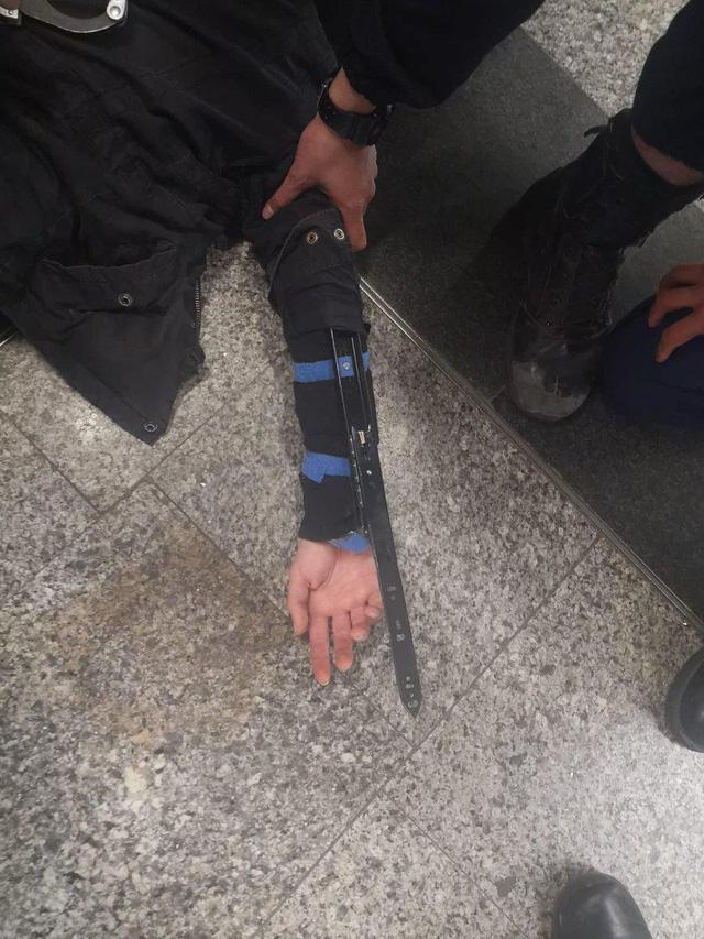 Mang hai lưỡi dao tự chế như Assassins Creed, một fan cuồng bị bắt giữ - Hình 1