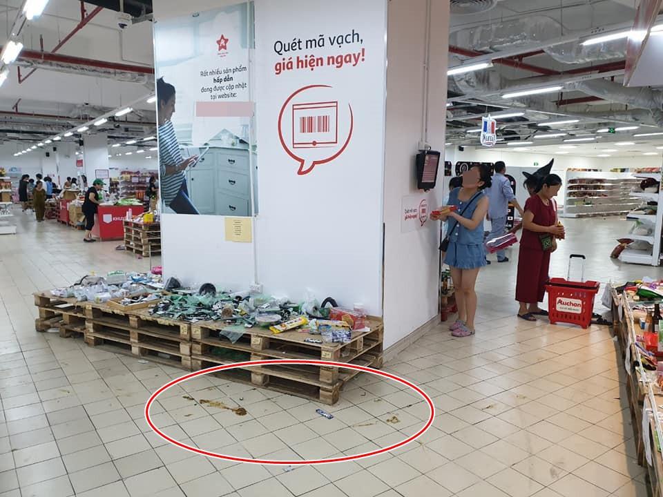 Sốc: Hết bày bừa, ăn vụng đồ khắp siêu thị Auchan, phụ huynh vô ý thức còn cho con ị ra sàn - Hình 1