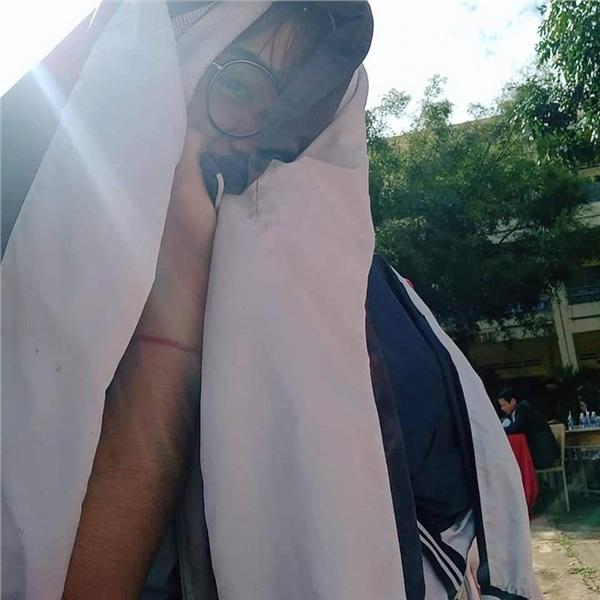 Trăm học sinh trùm áo khoác dự lễ tổng kết vì combo nắng nóng cộng sân trường vắng bóng cây - Hình 5