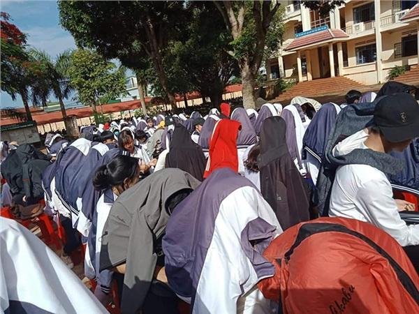 Trăm học sinh trùm áo khoác dự lễ tổng kết vì combo nắng nóng cộng sân trường vắng bóng cây - Hình 3