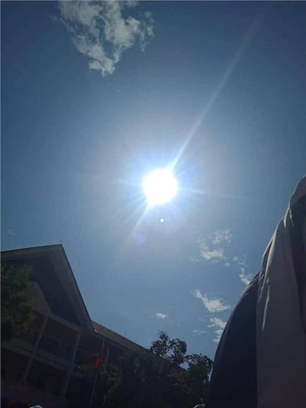 Trăm học sinh trùm áo khoác dự lễ tổng kết vì combo nắng nóng cộng sân trường vắng bóng cây - Hình 1