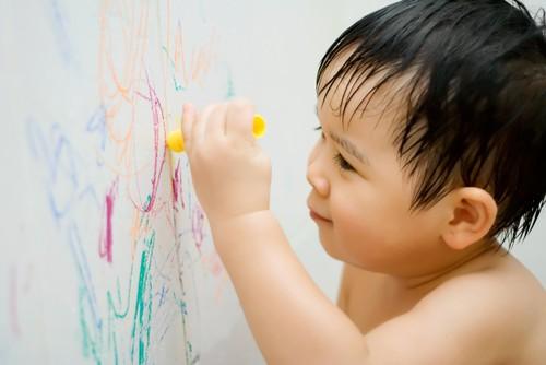 Vết bẩn trên tường nhà do con trẻ vẽ bậy sẽ bị đánh bật bởi chùm mẹo vặt dưới đây - Hình 2