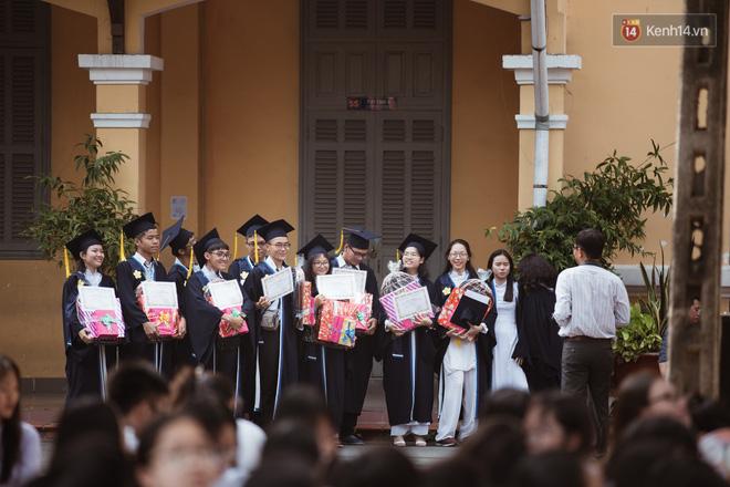 Bế giảng trường THPT hơn 100 tuổi, lâu đời bậc nhất Việt Nam: Cả một trời trai xinh gái đẹp - Hình 18