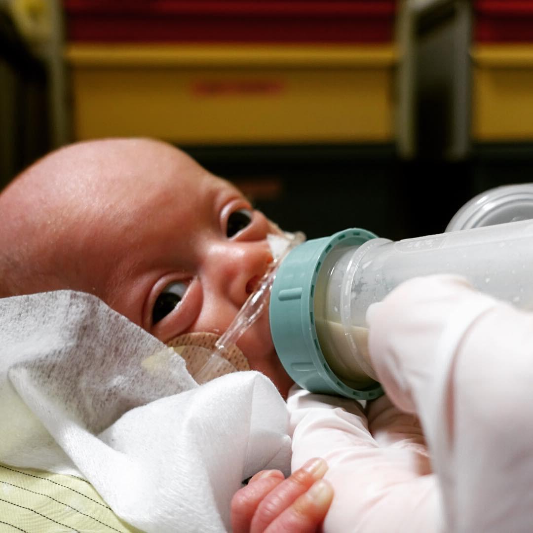 Em bé sinh non 14 tuần, nặng chưa đầy 0,5kg và hành trình sống sót kỳ diệu lấy đi nước mắt của hàng triệu người - Hình 7