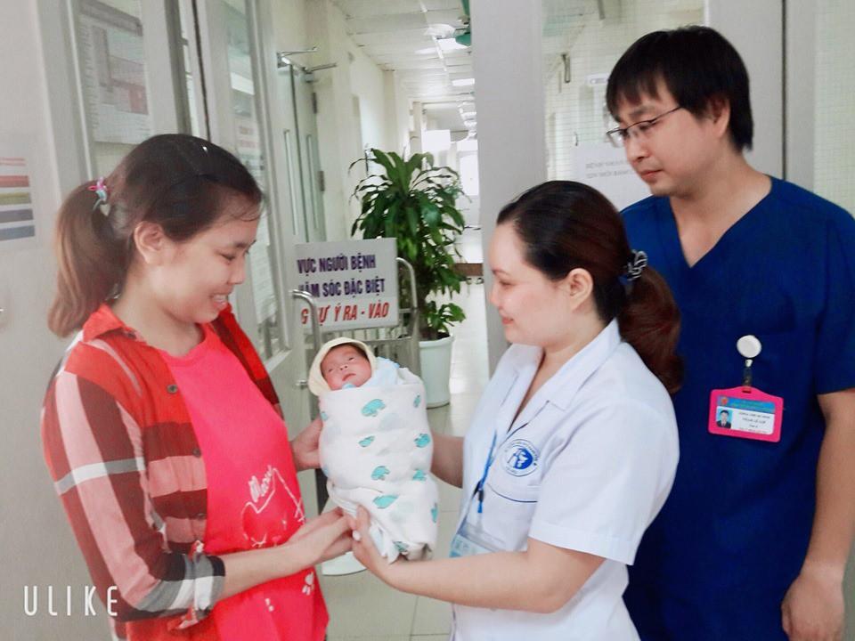Giọt nước mắt hạnh phúc của người mẹ: Sau 55 ngày nỗ lực, bé sinh non 900 gram, nhiễm trùng huyết đã được ra viện - Hình 2