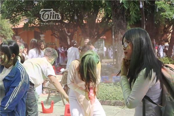 Học sinh THPT Nguyễn Thị Minh Khai đại chiến bột màu ngày bế giảng - Hình 9