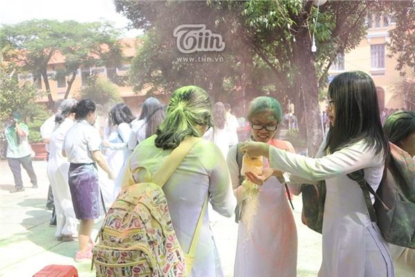 Học sinh THPT Nguyễn Thị Minh Khai đại chiến bột màu ngày bế giảng - Hình 12