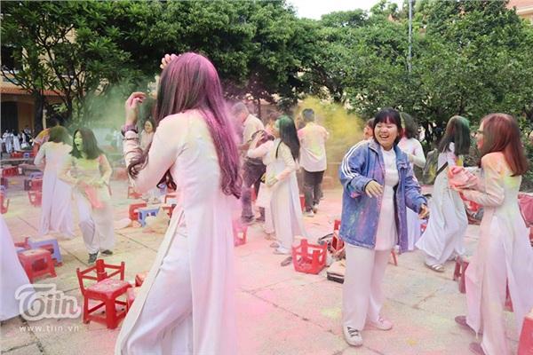 Học sinh THPT Nguyễn Thị Minh Khai đại chiến bột màu ngày bế giảng - Hình 2