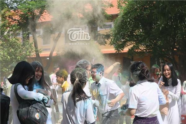 Học sinh THPT Nguyễn Thị Minh Khai đại chiến bột màu ngày bế giảng - Hình 13
