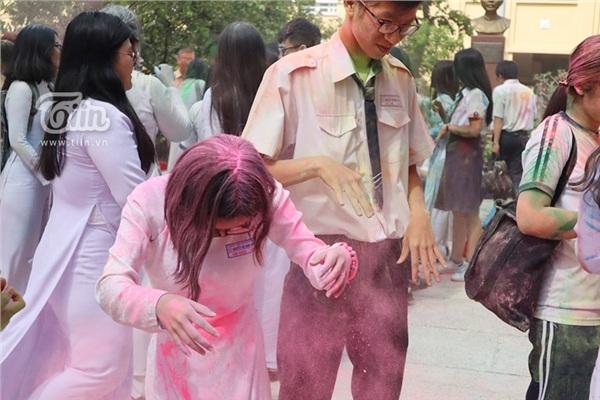 Học sinh THPT Nguyễn Thị Minh Khai đại chiến bột màu ngày bế giảng - Hình 6