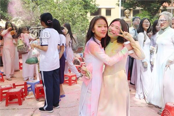 Học sinh THPT Nguyễn Thị Minh Khai đại chiến bột màu ngày bế giảng - Hình 5