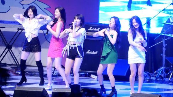 No music - no problem: Red Velvet vẫn diễn cực hăng hit Bad Boy ngay cả khi không có nhạc nền - Hình 1