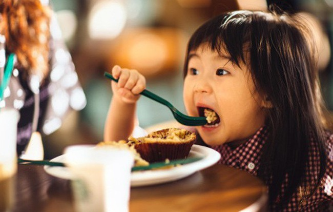 Cho con ăn 5 thực phẩm này trước khi đi ngủ sẽ khiến cả thể chất và não bộ của trẻ bị ảnh hưởng - Hình 1