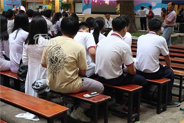 Dự lễ trưởng thành cuối cùng đời học sinh, nam sinh vẫn tranh thủ làm bài tập Hoá dưới sân trường - Hình 1