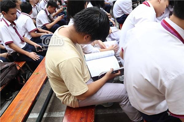 Dự lễ trưởng thành cuối cùng đời học sinh, nam sinh vẫn tranh thủ làm bài tập Hoá dưới sân trường - Hình 2