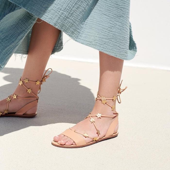 Hè này đi đâu cũng thấy 5 kiểu sandal siêu xinh siêu hot này - Hình 1