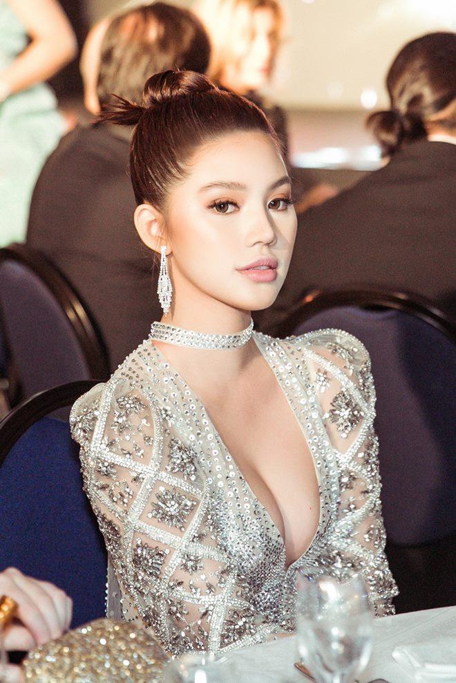 Hoa hậu Jolie Nguyễn khoe thềm ngực gợi cảm tại LHP Cannes 2019 - Hình 11